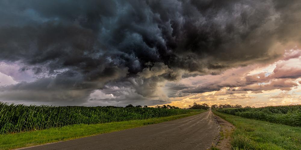 Landstraße mit dunklen Wolken